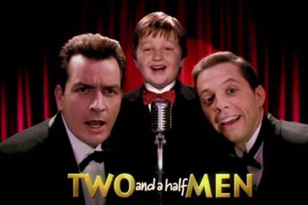 Two and a half men vii - Καμιά φορά όταν πας να κάνεις το καλό φορτώνεσαι για πάντα τον τσιγγούνη αδερφό σου και το γιο του