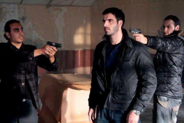 Adanali - Δύο άντρες που ήταν κάποτε αδερφικοί φίλοι βρίσκονται αντιμέτωποι μιας και ο ένας είναι πλέον αστυνομικός, ενώ ο άλλος παράνομος