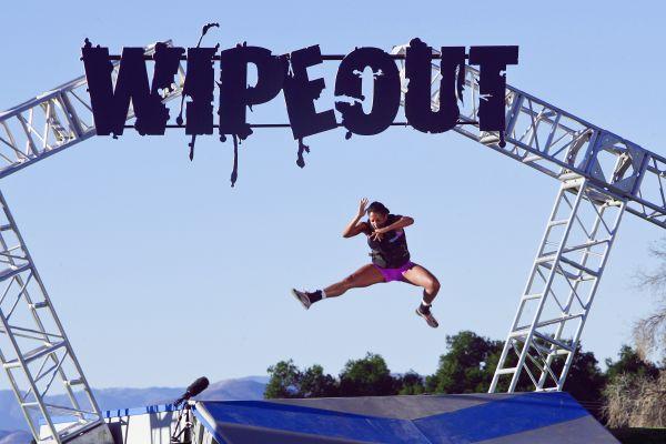 Summer wipe out - Το θεότρελο τηλεοπτικό παιχνίδι Wipe out έβαλε τα καλοκαιρινά του! Μη νομίζετε όμως πως αυτό σημαίνει ότι τα πράγματα έγιναν και πιο εύκολα