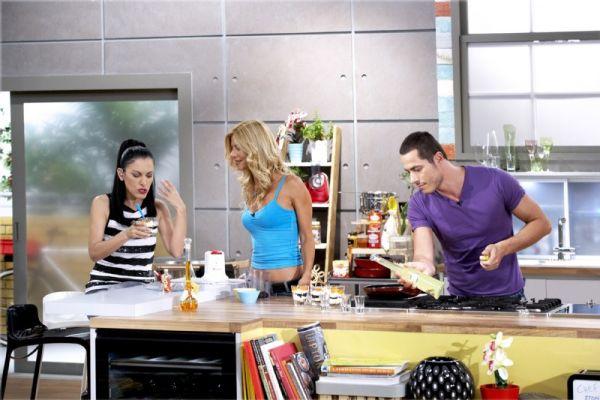 Chef στον αέρα - Η Ελένη Ψυχούλη λύνει το καθημερινό πρόβλημα του μαγειρέματος με τις συνταγές και τις ιδέες της