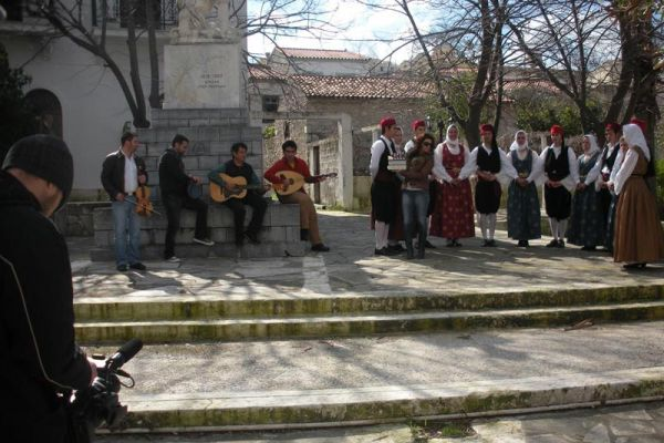 Ο Τόπος και το τραγούδι του - Μια εκπομπή που γυρνά την Ελλάδα καταγράφοντας τα τραγούδια, τους χορούς και τα λαϊκά δρώμενα κάθε τόπου