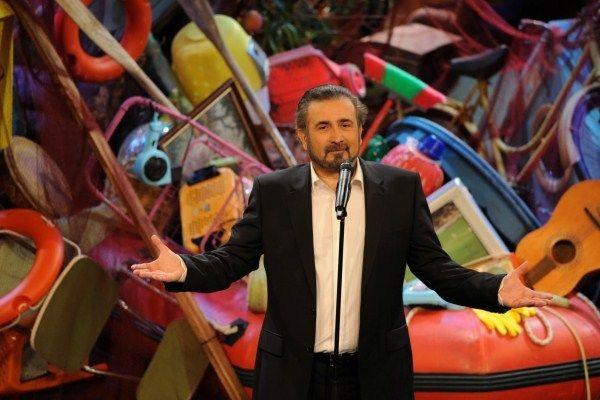 Αλ τσαντιρι Νιουζ - Ο Λάκης Λαζόπουλος σχολιάζει τους πάντες και τα πάντα έξω από τα δόντια με το γνωστό καυστικό του χιούμορ