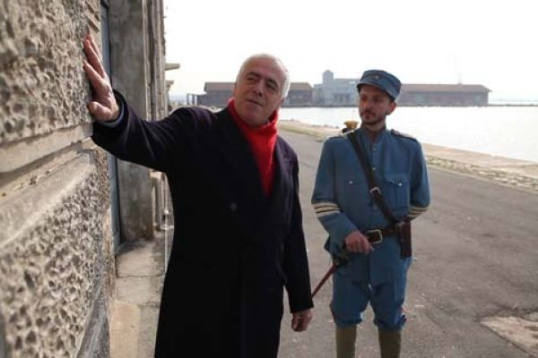 Ο ξεναγός - Μια εκπομπή-ξενάγηση στα σημαντικότερα κτίρια της πόλης της Θεσσαλονίκης, που ζωντανεύει την ιστορία τους μέσα από αφηγήσεις, δραματοποιημένα περιστατικά, άγνωστα ιστορικά ντοκουμέντα και σπάνιο οπτικό υλικό