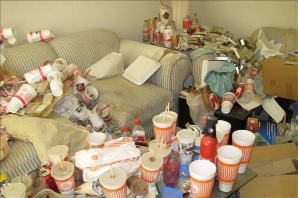 How clean is Your house? - Το απίθανο δίδυμο Κιμ και Άντζι φοράει πλαστικά γάντια κουζίνας με φτερά και πούπουλα και αναζητά τα πιο βρώμικα σπίτια για να βάλει μια τάξη