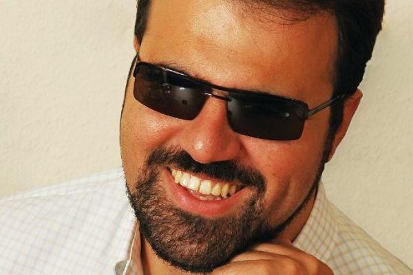 'Eκτη αίσθηση - Ο δημοσιογράφος, νομικός και μουσικός Γιώργος Μπελίρης, τυφλός ο ίδιος, παρουσιάζει μια εκπομπή για τα προβλήματα, τις ανησυχίες, και τις φιλοδοξίες των πολιτών με αναπηρία