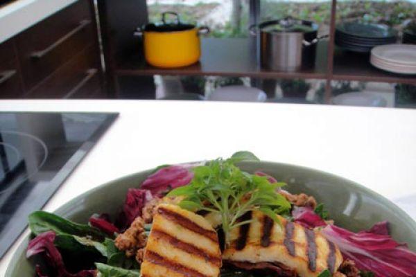 Γεύσεις στη φύση - Ένα μαγειρικό ταξίδι σε όλο τον κόσμο, με ιδιαίτερη αγάπη στις ελληνικές και μεσογειακές γεύσεις, σε μια κουζίνα στημένη στη μέση ενός κήπου